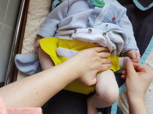 Mise en place de la couche hamac sur bébé